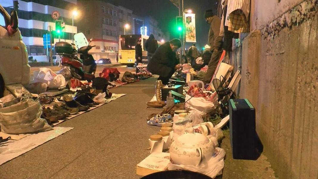 Artan koronavirüs vakalarının ardından tedbirlere daha fazla uyulması için yapılan uyarılara rağmen bayrampaşa'da gece cadde üzerinde kurulan ikinci el eşya pazarı sabaha kadar sürdü.