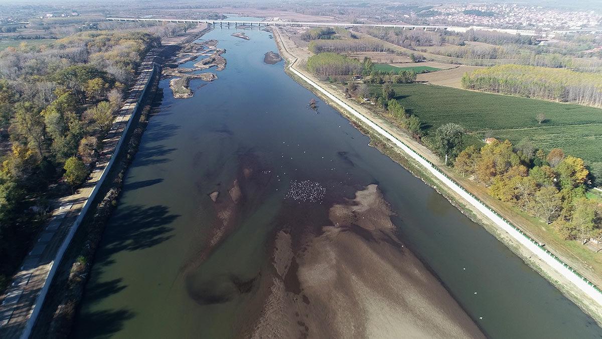 Edirne'de yaşanan kuraklık ve bulgaristan'ın barajlarındaki suyu tutması nedeniyle meriç nehri'nde kum adacıkları oluştu.