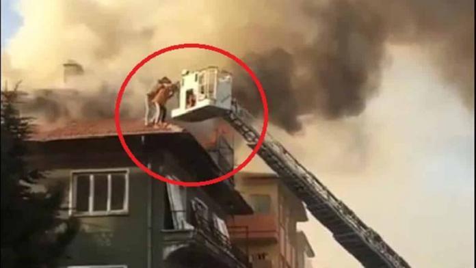 Çatıda mahsur kalan 4 kişiyi itfaiye kurtardı
