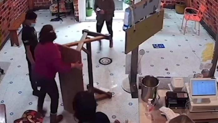 Babaanne torununa şişe fırlatan müşteriyi dövdü