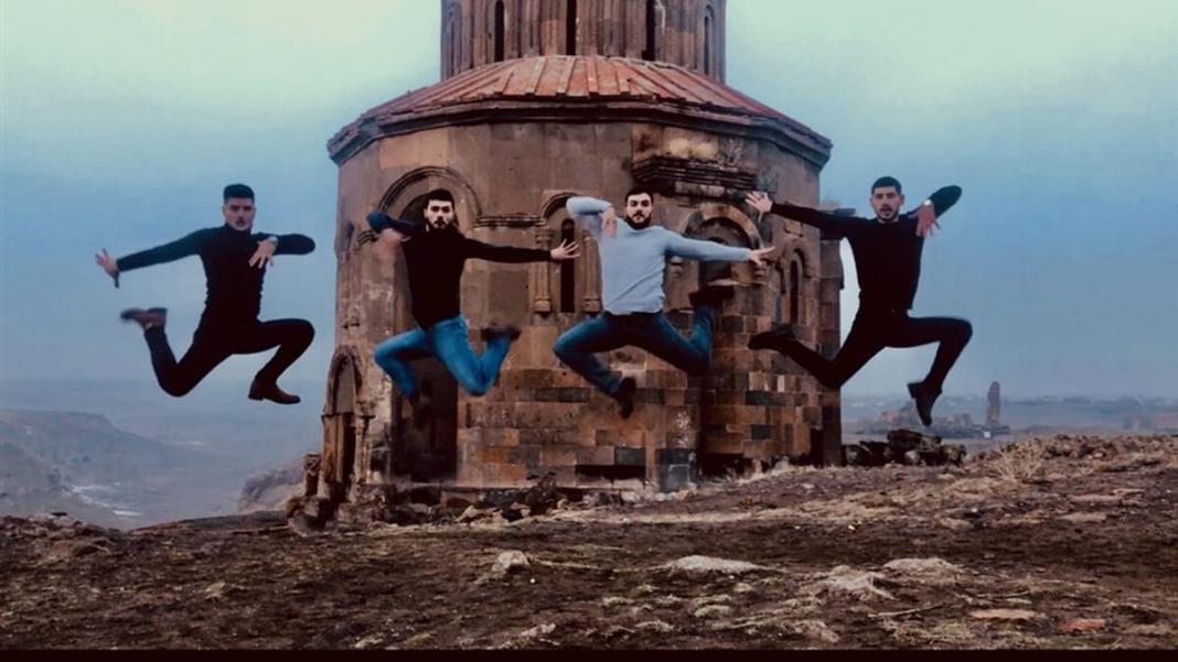 Ani ören yeri'nde gençler kafkas dansı yaptı