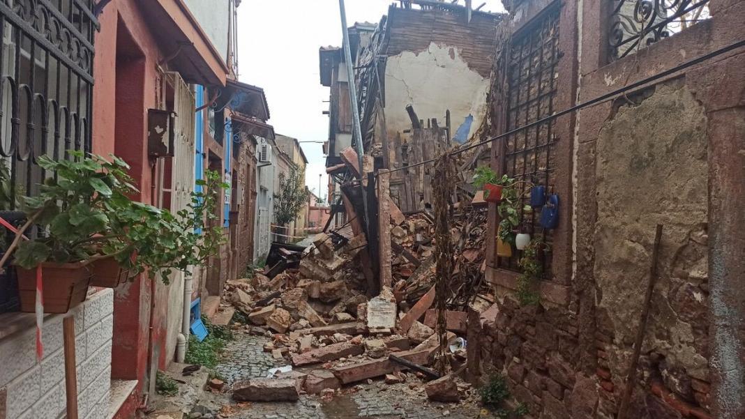 Şiddetli yağış sonrası evin çatısı uçtu ağaçların dalları kırıldı