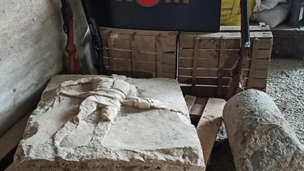 2000 yıllık gladyatör rölyefi ele geçirildi