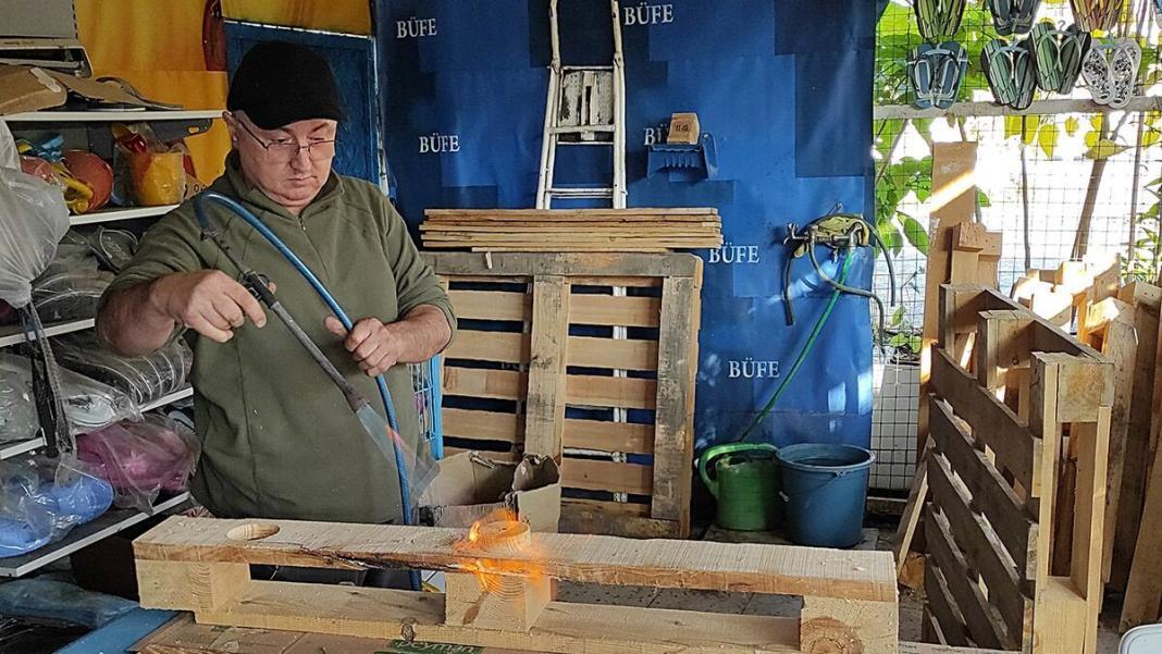 Atıl tahta paletlerden ev eşyası yapıyor