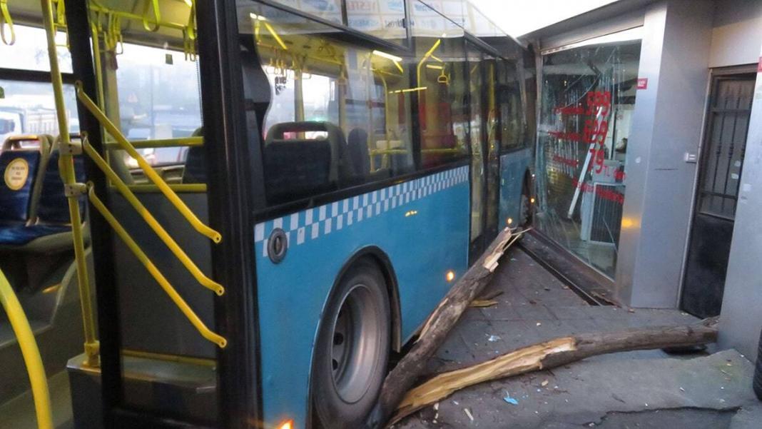 Ümraniye alemdağ caddesi üzerine freni boşalan özel halk otobüsü kontrolden çıkarak bir iş yerine girdi.