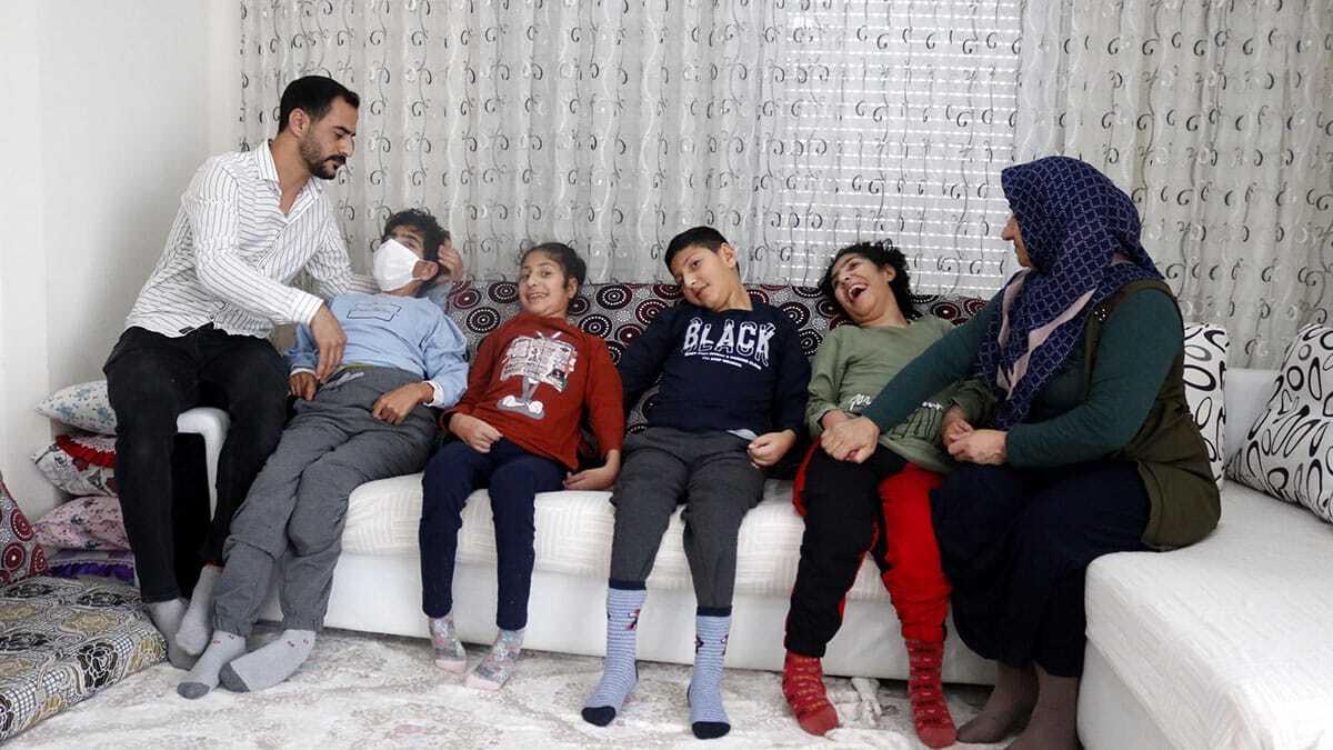 Antalya'ya 1 yıl önce şırnak'tan gelen delila ve ağit acer çiftinin 7 çocuğundan dördüne, als hastası teşhisi konuldu.