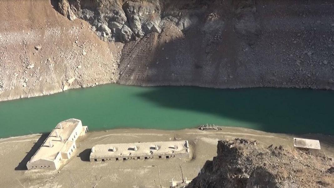 Deriner barajı'nın suyu çekildi