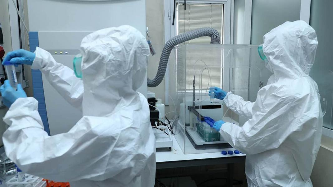 Sağlık bakanlığı, çin'den türkiye'ye getirilen covid-19 aşısında analiz işleminin laboratuvarda sürdüğünü duyurdu.