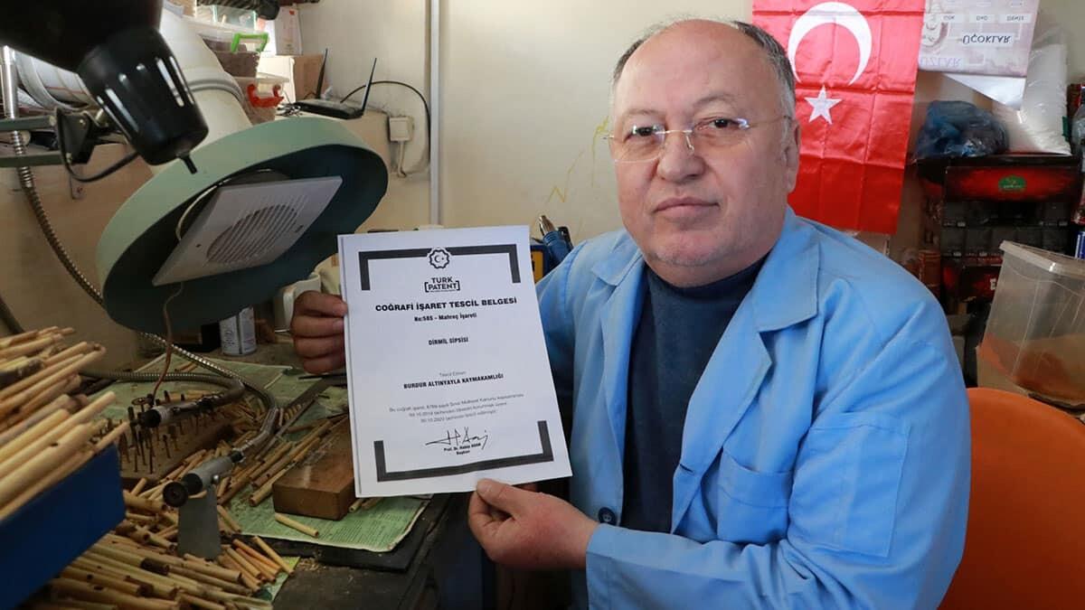 Burdur'da 16 yıldır dirmil sipsisine coğrafi işaret almak için uğraşan sipsi yapımcı ve icracısı hüseyin demir'in (61) çabaları sonuç verdi.