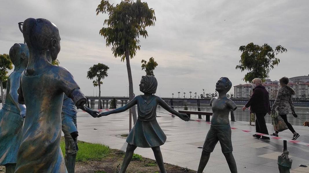El ele tutuşan 7 çocuk heykeline zarar verildi