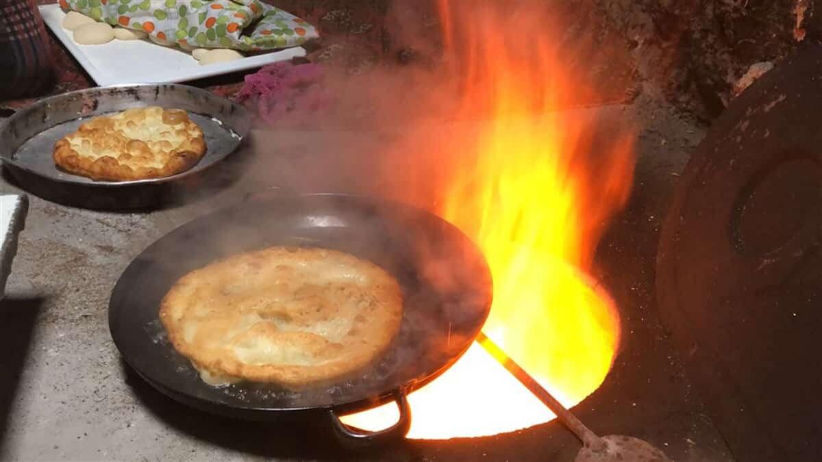 Kars pişisi kaz yağıyla pişiriliyor