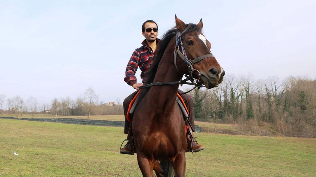 Atına kırbaç vurmadan yarışı kazandı