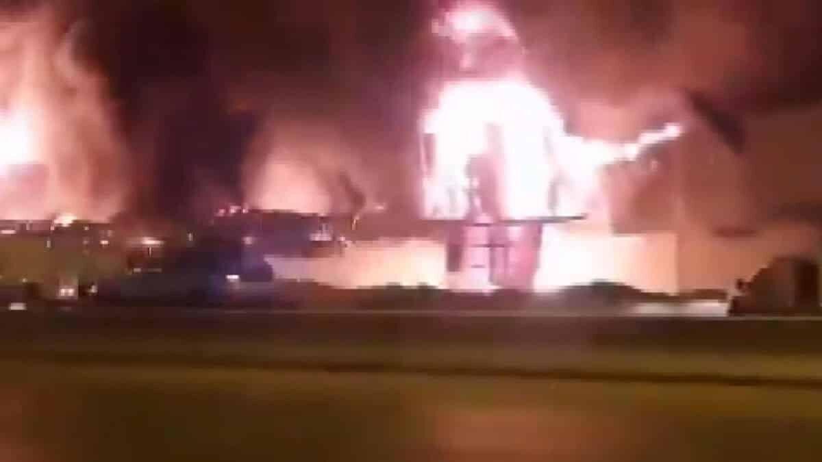 Humus rafinerisinde akaryakıt tankerleri patladı