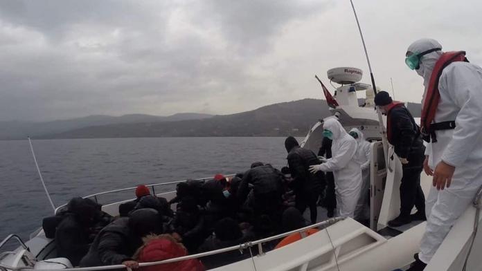 Yunanistan'ın ölüme terk ettiği 26 kaçak göçmen kurtarıldı