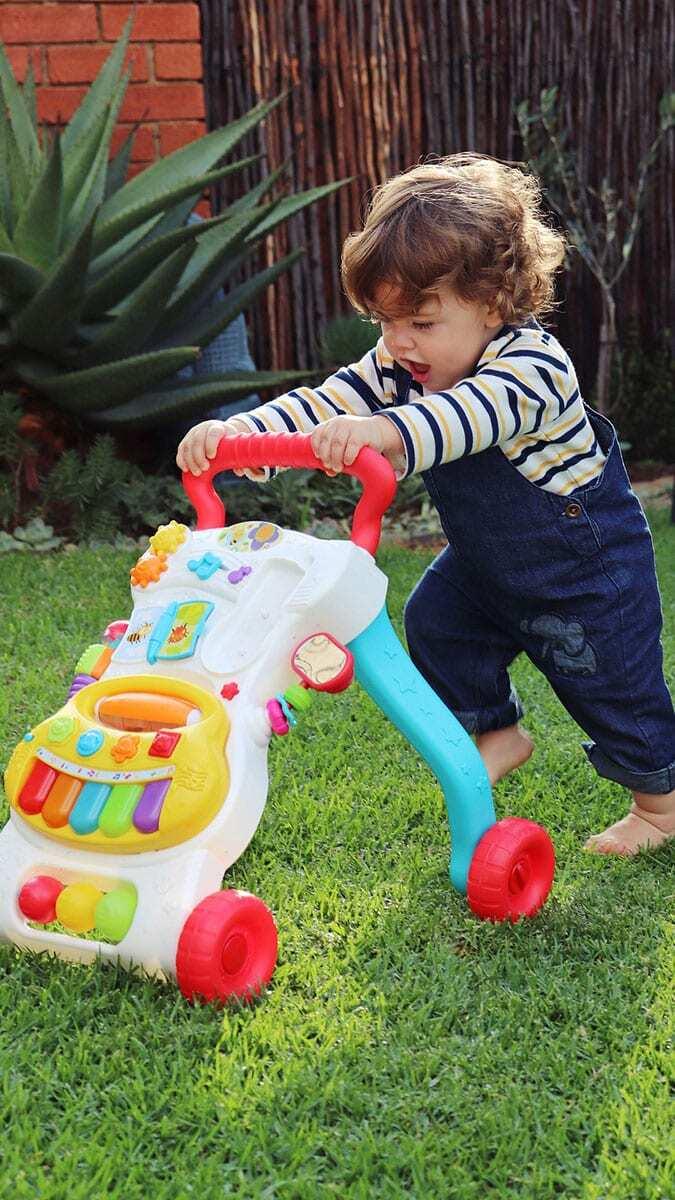 Sanıldığının aksine yürüteçler çocuğunuzun yürümesine yardımcı olmaz. Aksine yürümeye başlamasını geciktirebilir.