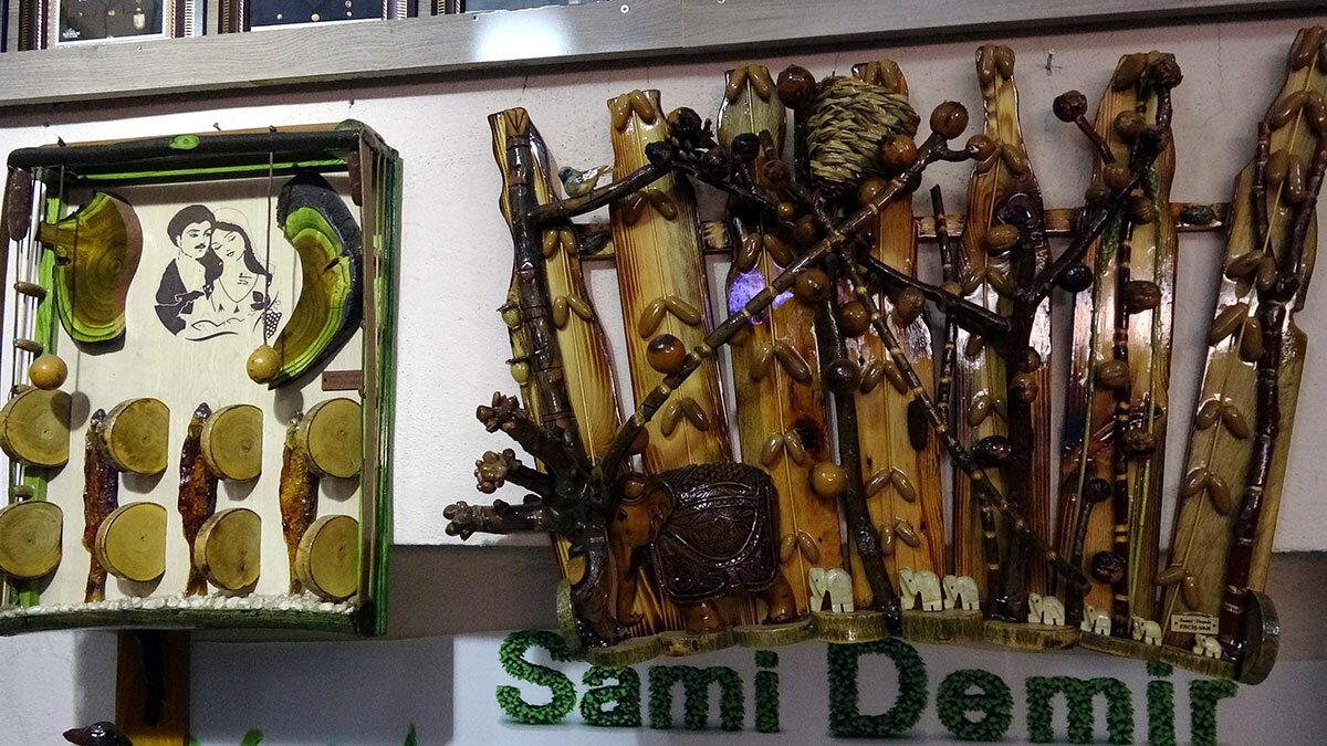 Van'ın erciş ilçesinde sami demir (61), çevreden topladığı çöp, atık malzemeler, odun ve metal parçaları ile kuruttuğu yapraklarla tablolar yapıyor.