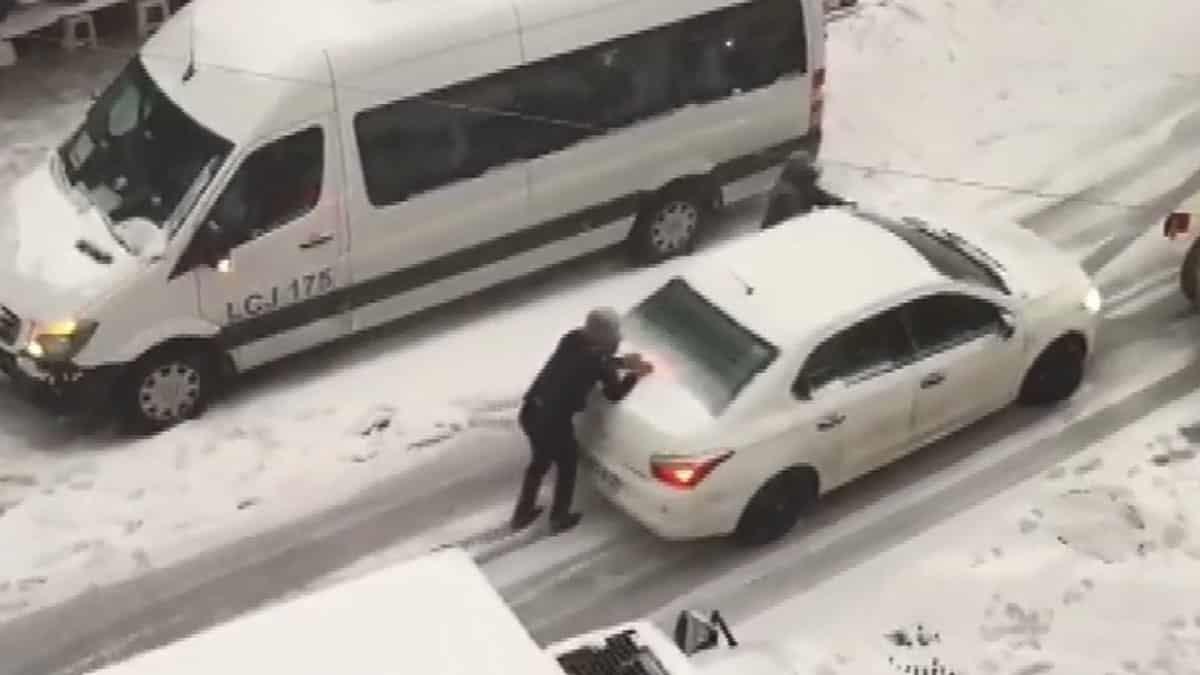Esenyurt'ta yoğun kar yağışında sürücülerin zor anları
