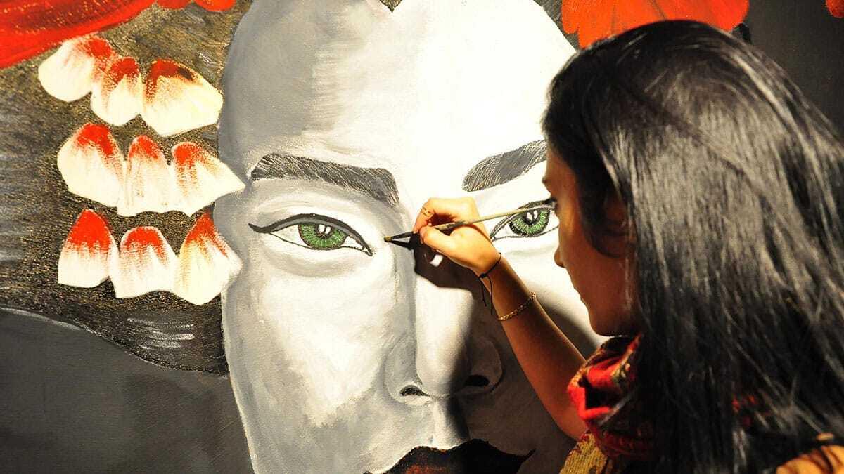 Manisalı ressam ayşe kızılgüney (24), yaptığı resimlerle evlerin, şirketlerin ve kentteki kafelerin duvarlarına renk katıyor.