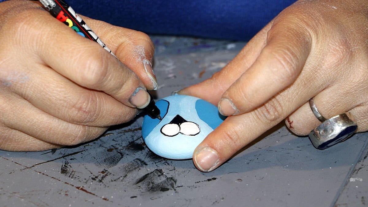 Çanakkale'de yaşayan gül ercen'in (34) çocukluk yıllarında hobi olarak başladığı deniz taşları ve ahşap taş boyama sanatını mesleğe dönüştü.