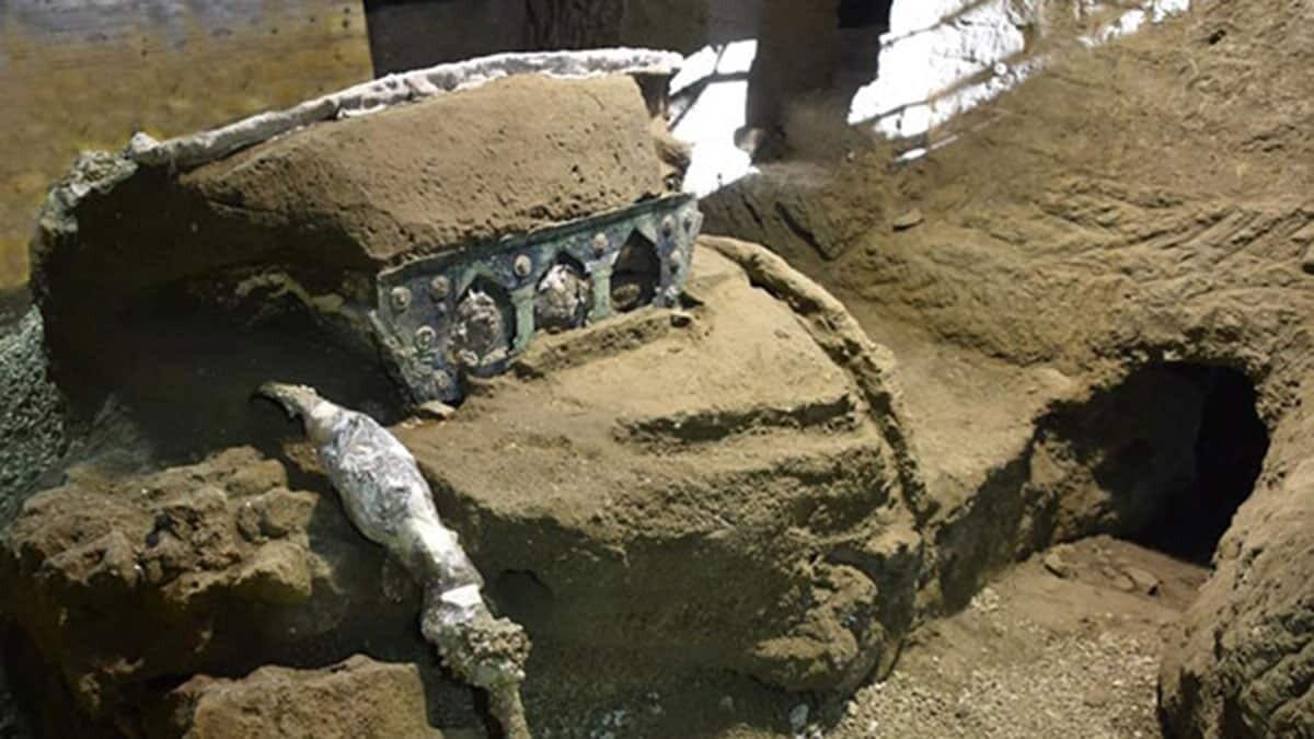2 bin yıllık dört tekerlekli tören arabası bulundu
