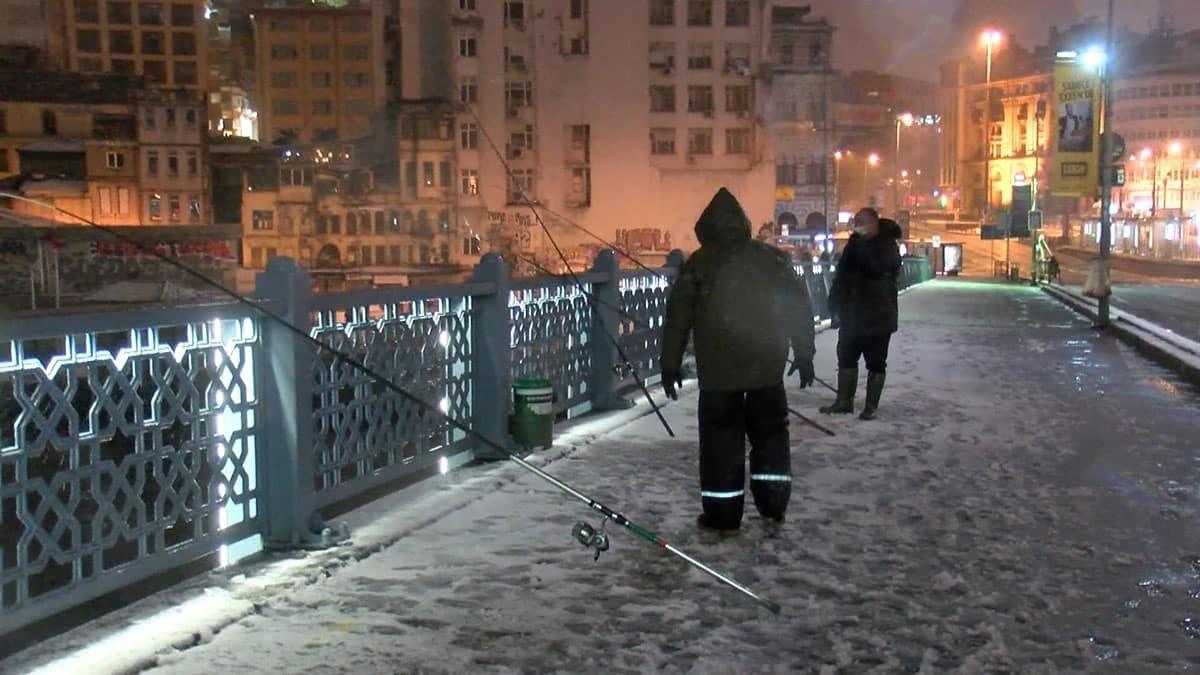 Kar yağışına rağmen olta balıkçıları galata köprüsüne koştu