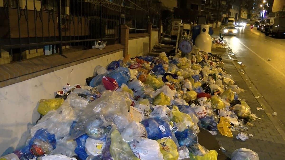 İşçilerin grevi devam ederken çöp yığınları artıyor