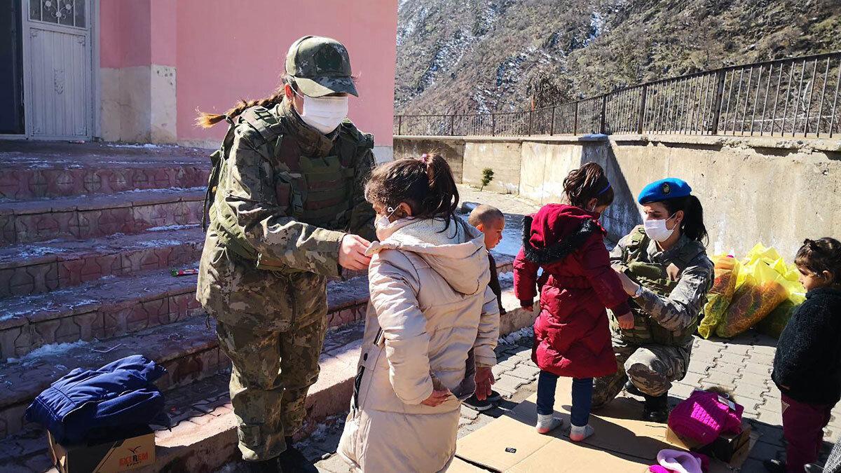 Mehmetçikten 40 öğrenciye bot mont yardımı