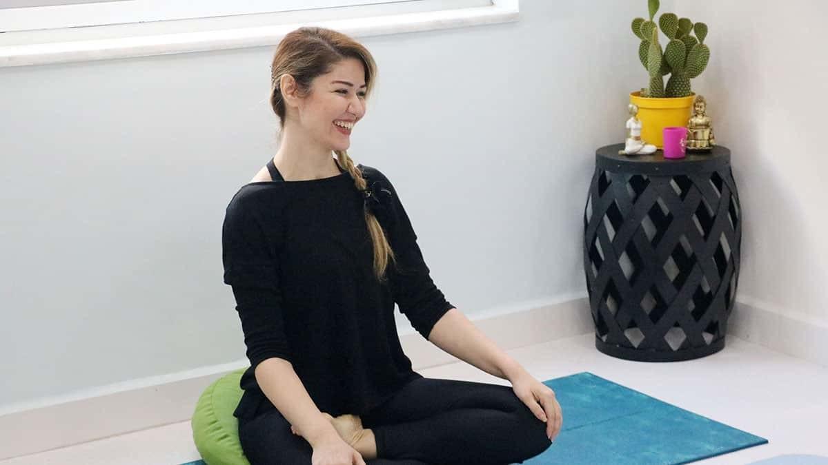Tatile geldiği alanya'da yoga eğitmenliği yapıyor