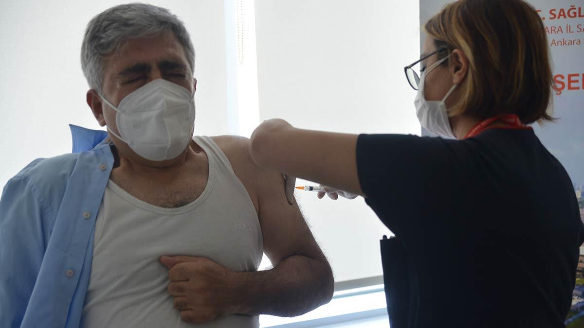 Ankara'da, koronavirüs ile mücadele kapsamında risk grubundaki 60 yaş üstü için aşılama başladı.