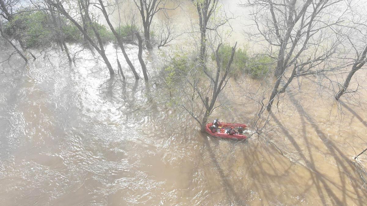 Nehirde kanosu alabora olan kişi böyle kurtarıldı