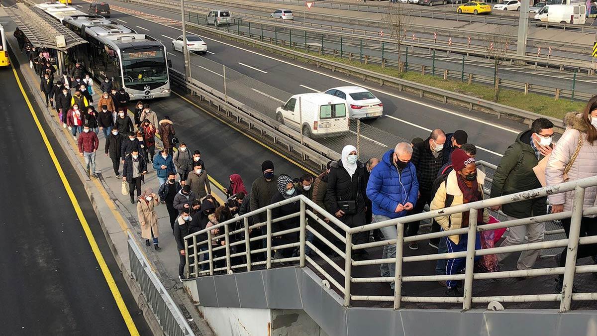 Toplu ulaşımda seferlerin azlığına isyan ettiler