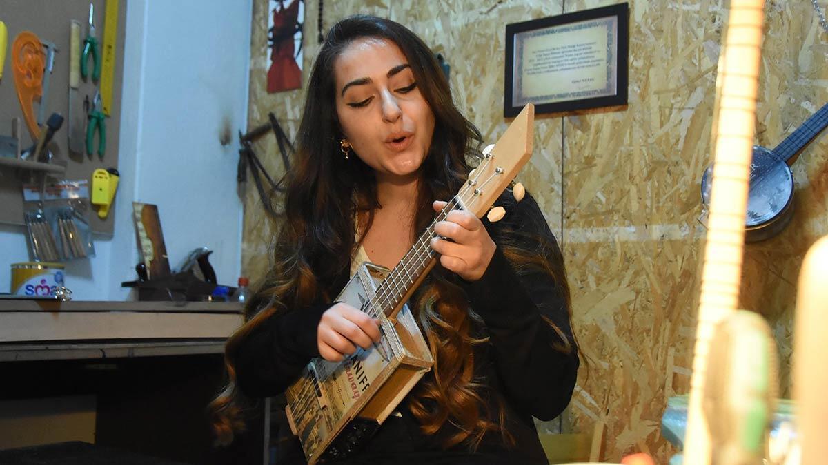 Belediyenin desteği ile kurulan atölyede babaoğlu, her yaştan kursiyere ukulele ve minyatür gitar yapımı öğreterek, atıkları geri kazanıyor.