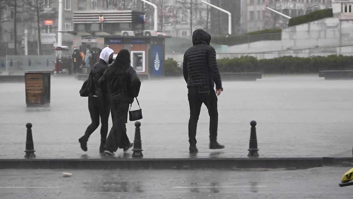 İstanbul'da etkisini artıran yağmur ve doluyla birlikte trafik yoğunluğu da yüzde 72'ye ulaştı.