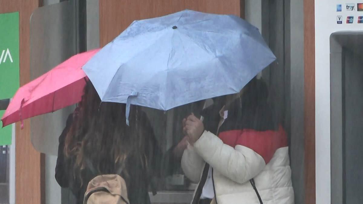 Yağmurdan kaçarken doluya yakalandılar