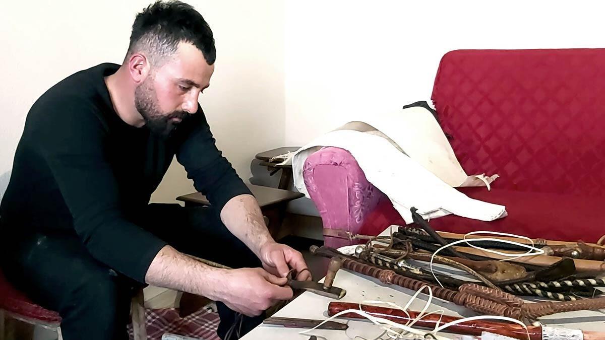 Ardahan'ın küçüksütlüce köyünde erdinç çadırcı (28), yok olmaya yüz tutan kamçı örme sanatını sürdürüyor.