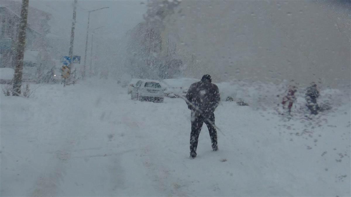 Kar yağışı ve tipi hayatı olumsuz etkiledi
