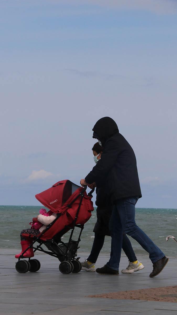 Kentte, soğuk ve rüzgârlı havaya rağmen bazı vatandaşlar deniz kenarına giderek sahilde bisiklet sürüp, yürüyüş yaparken, çocuklar ise parklarda oyun oynadı.