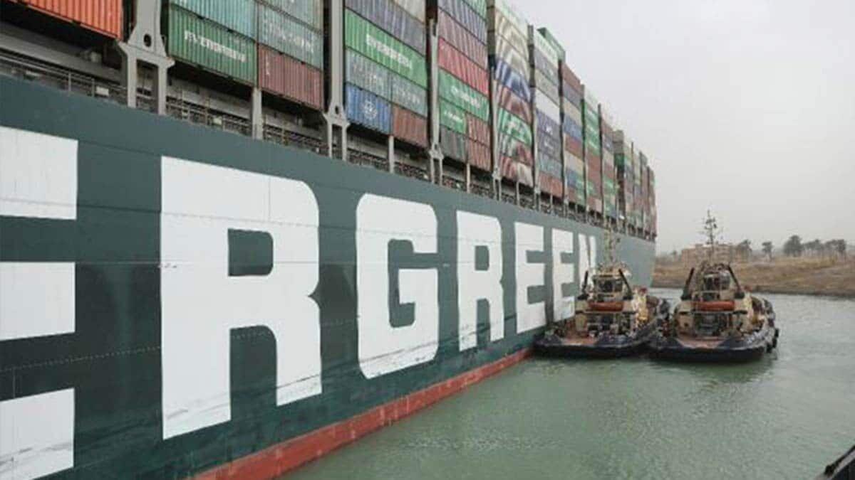 Mısır cumhurbaşkanı müsteşarı i̇hab memiş, süveyş kanalı'nda sıkışan yük gemisi kurtarıldı açıklaması yaptı.