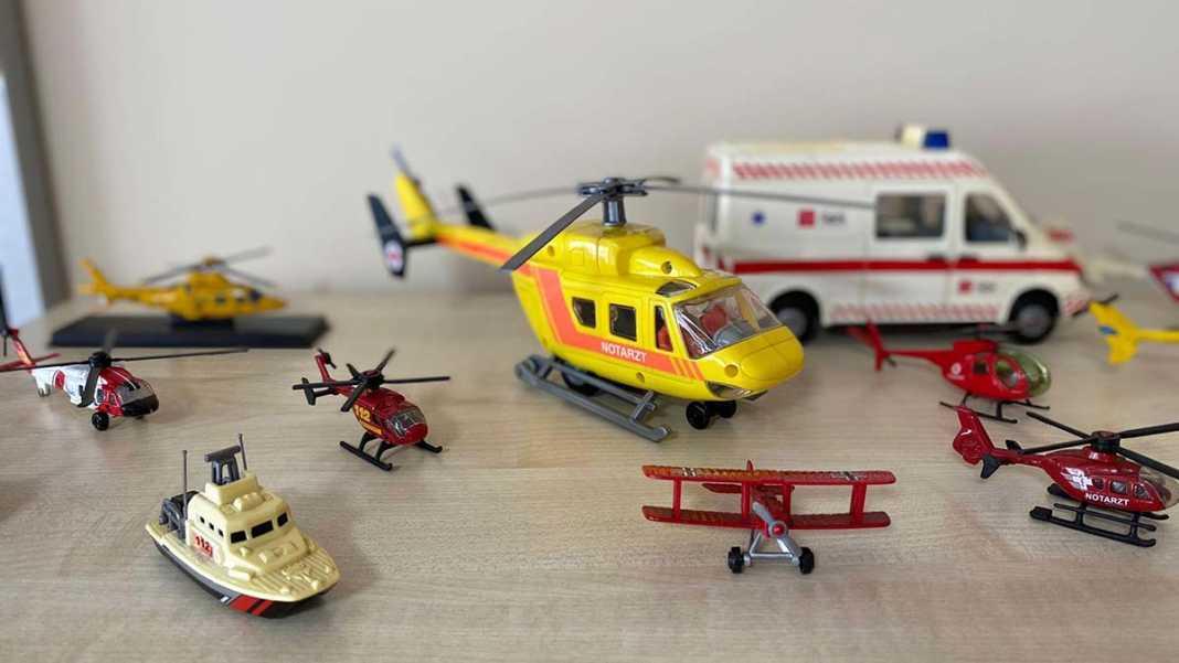 300 parçalık model ambulans koleksiyonu oluşturdu