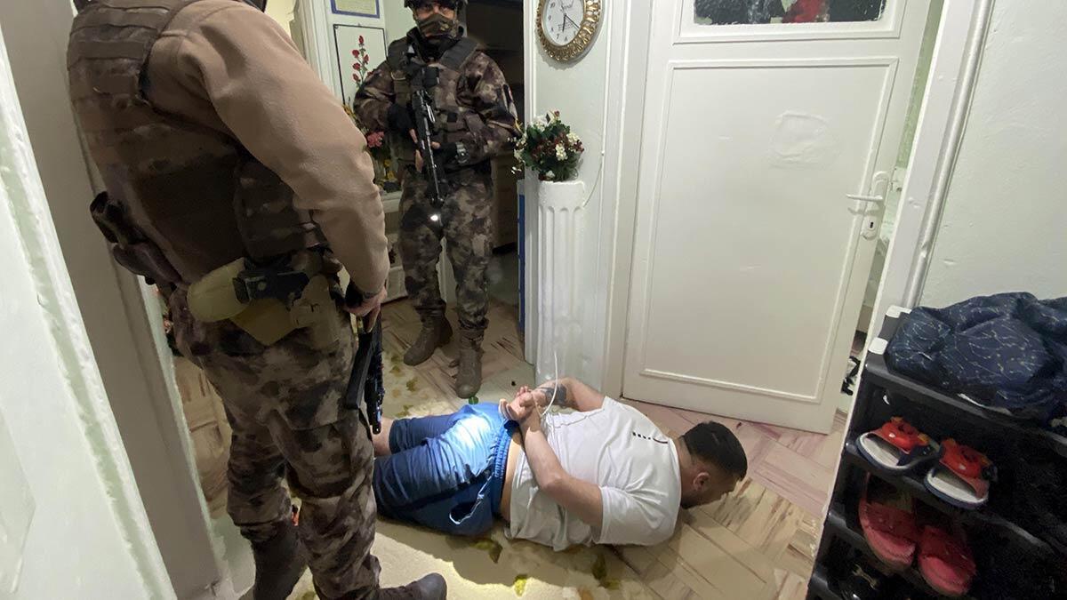 Ankara merkezli 8 ilde, uyuşturucu satıcısı 131 kişiye yönelik 1200 polisin katılımı ile şafak vakti düzenlenen vadi operasyonunda 81 kişi gözaltına alındı.