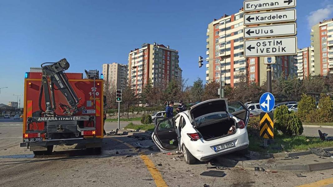 Ankara'da 2 otomobil kafa kafaya çarpıştı