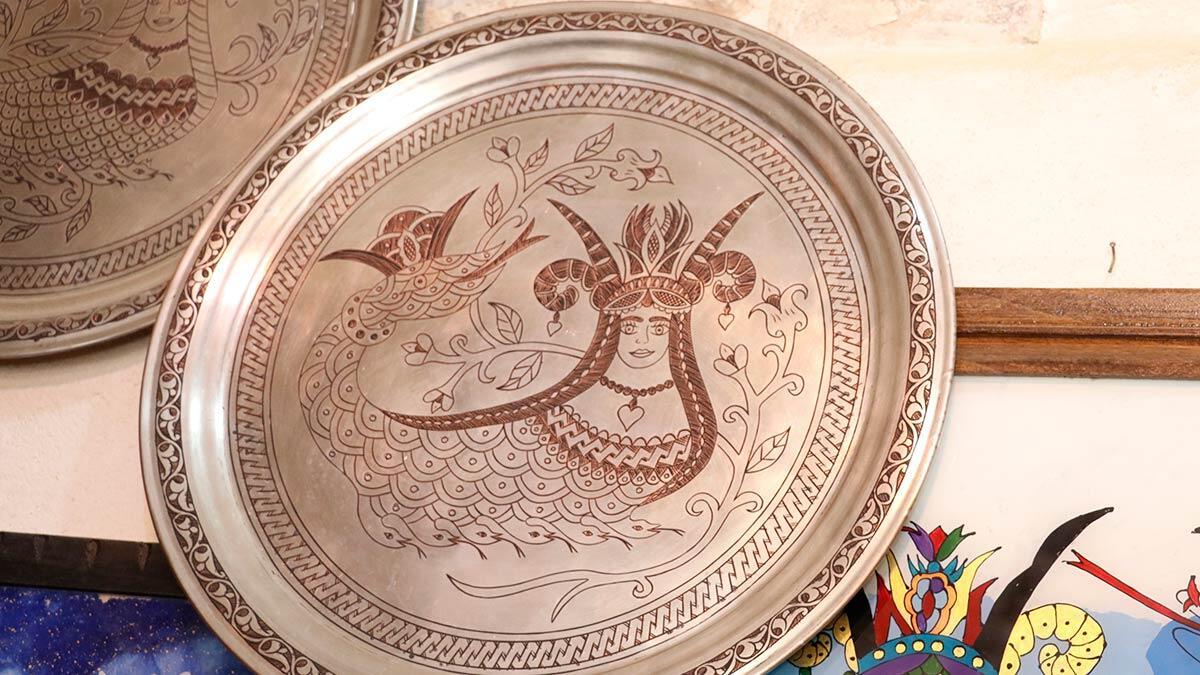 Efsaneye göre, anadolu'da yaşadığı düşünülen şahmeranı cam üzerine işleyen mardinli sanatkarın ünü tacettin toparlı'nın (47) avrupa'ya yayıldı.