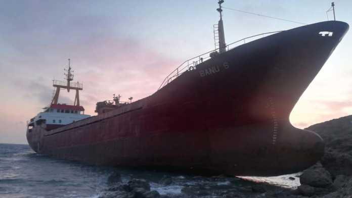Bozcaada açıklarında kargo gemisi karaya oturdu