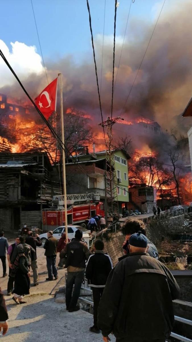 Artvin'in yusufeli ilçesinde, 193 yapının zarar gördüğü dereiçi köyündeki yangının ilk başladığı anlara ilişkin görüntüler ortaya çıktı.