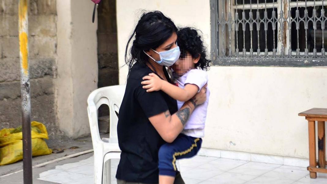 Evin kapısını üzerine kilitlediği kızını itfaiye kurtardı