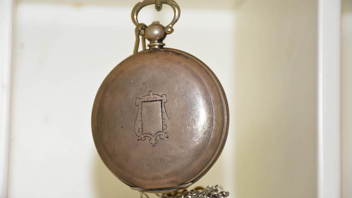 Niğde'de 12 yıldır hurdacılık yapan emre sabanlı, antika malzemelerle iş yeri kurdu. Köstekli saat biriktiren sabanlı hurdacıydı antikacı oldu.