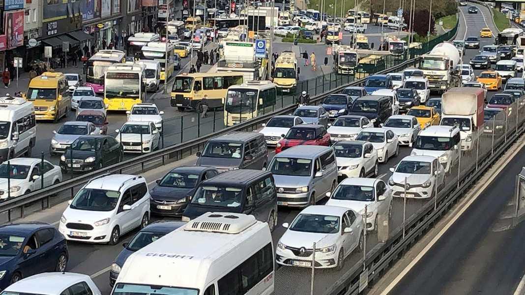 Kısıtlama öncesi trafik ve toplu ulaşımda yoğunluk