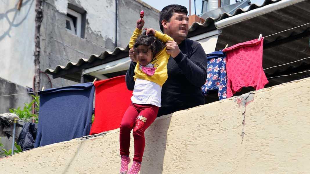 Kızını damdan sarkıtan baba tutuklandı