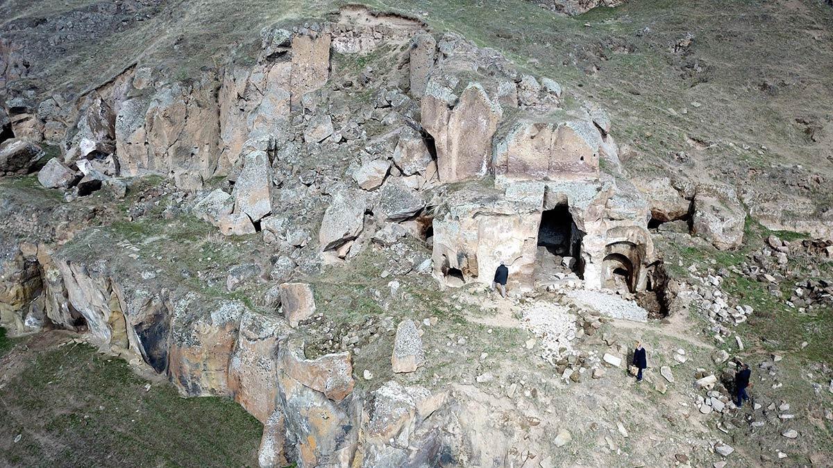Bitlis'in ahlat ilçesinde 17 kilometrelik alan üzerinde bulunan madavans vadisi'ndeki 400 mağara restore edilerek, turizme kazandırılacak.