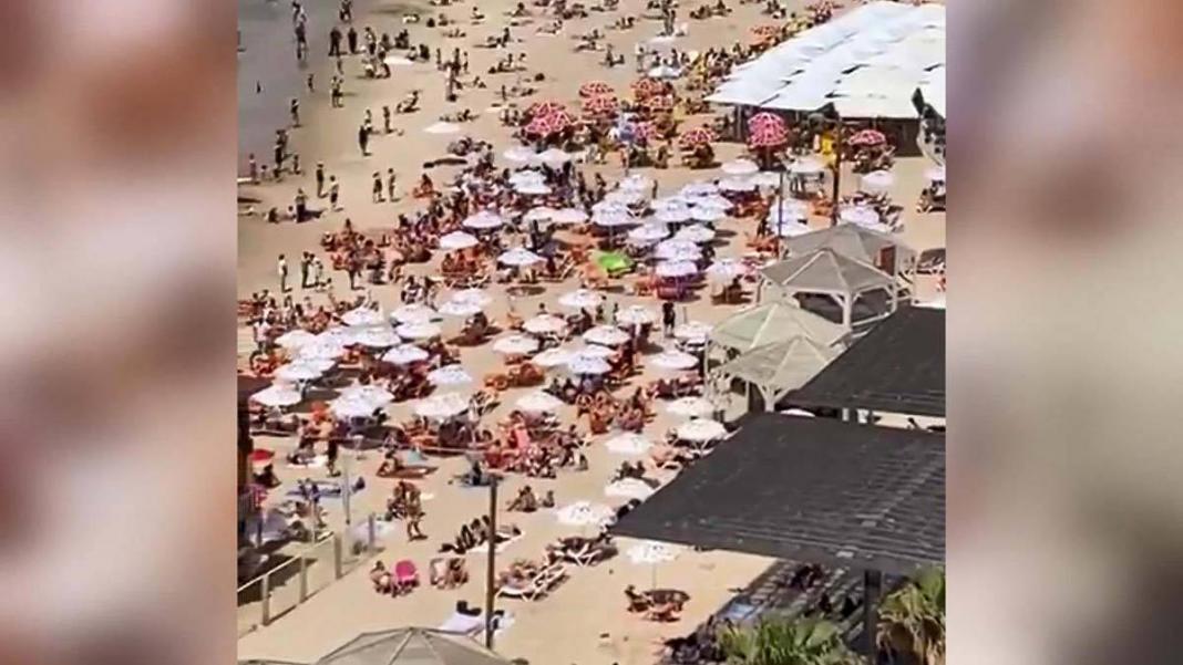 İsrail'de maske zorunluluğu kalktı halk plaja akın etti